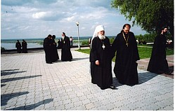 Met. Laurus & Fr. Serafim walking along the Volga River